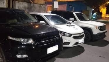 Três suspeitos são presos por aplicar golpes em seguradoras de veículo.